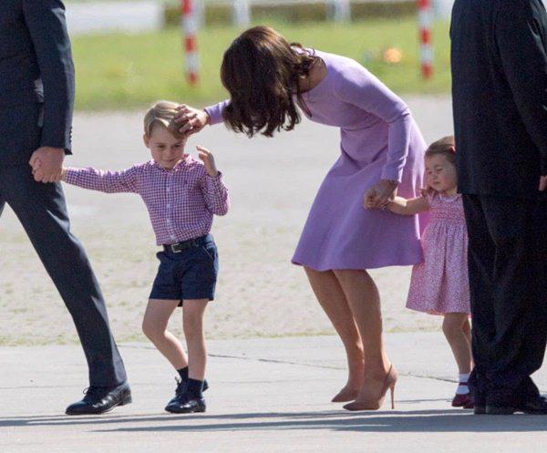 Cái chạm tay vào đầu con của Kate Middleton, tưởng vô tình nhưng lại mang ý nghĩa sâu xa - Ảnh 5.