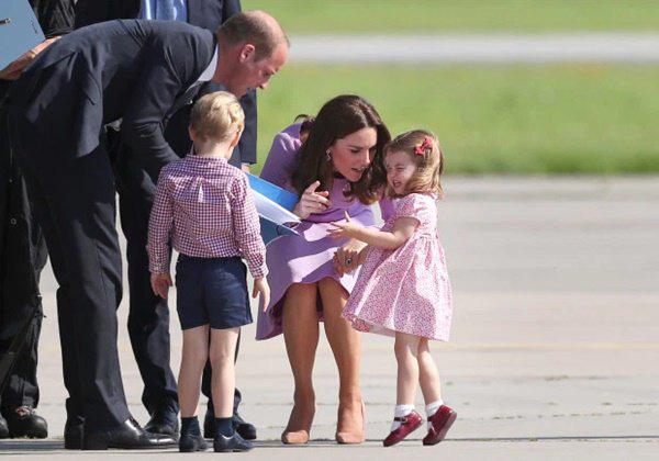 Cái chạm tay vào đầu con của Kate Middleton, tưởng vô tình nhưng lại mang ý nghĩa sâu xa - Ảnh 7.