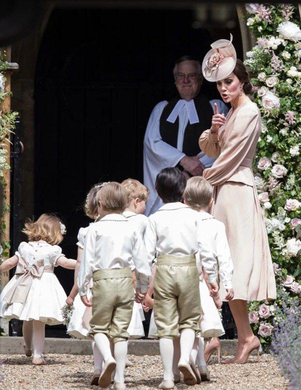 Cái chạm tay vào đầu con của Kate Middleton, tưởng vô tình nhưng lại mang ý nghĩa sâu xa - Ảnh 4.