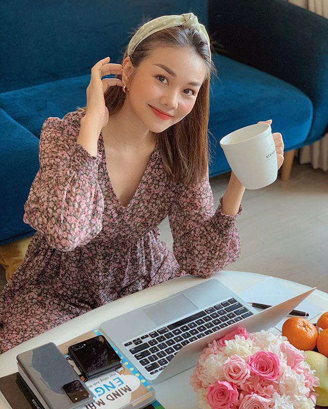 Sao Việt ở nhà trốn dịch: Tóc Tiên mặc quần đùi áo thun, Hương Giang hóa công chúa điệu đà - Ảnh 9.