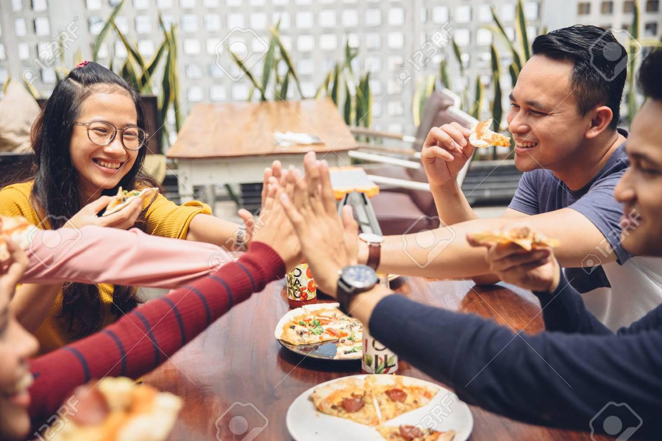 Tụ tập ăn một bữa trưa, tưởng chừng vô hại nhưng vô tình có thể khiến bạn bị nhiễm virus COVID-19 - Ảnh 4.