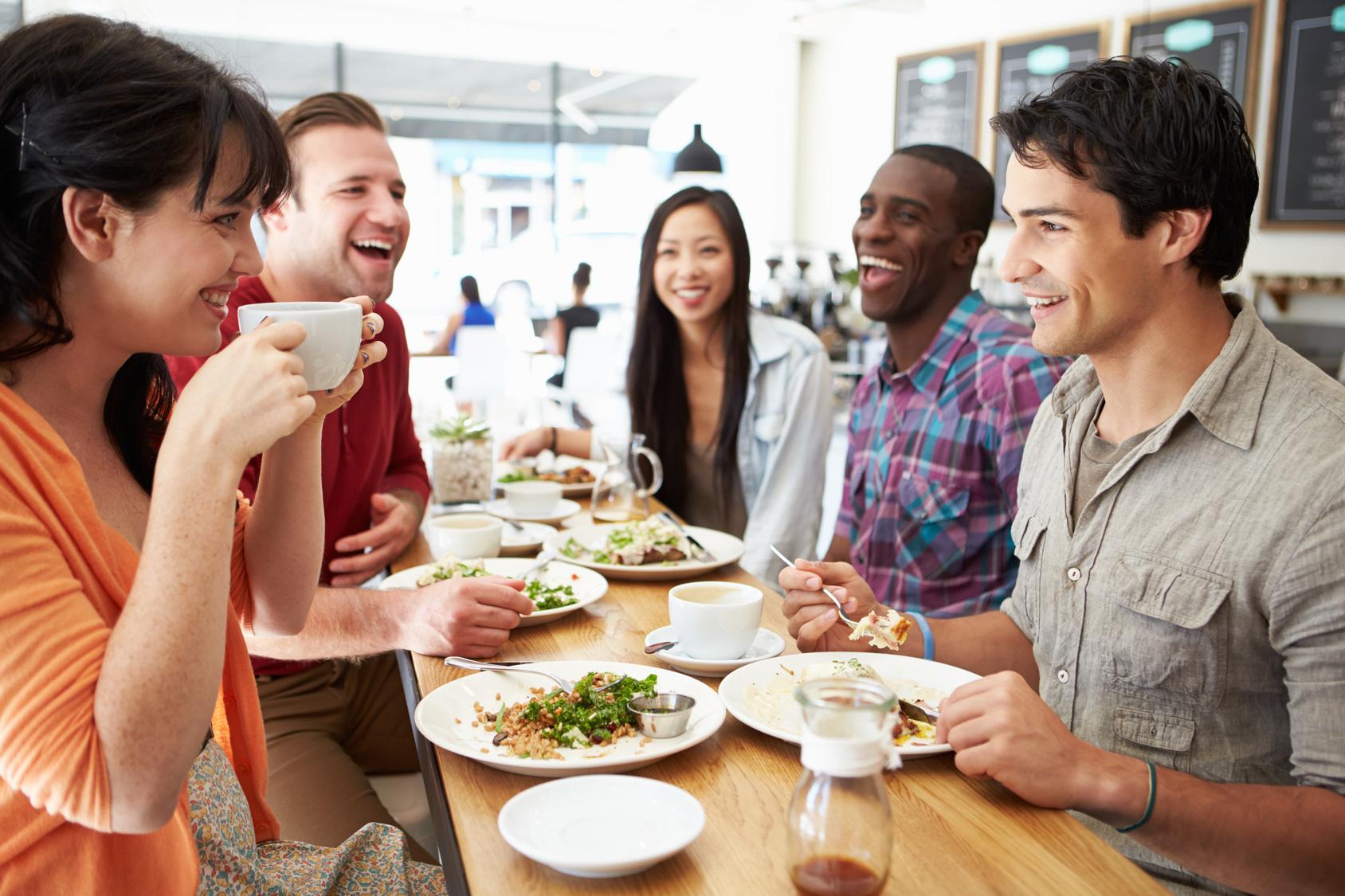 Tụ tập ăn một bữa trưa, tưởng chừng vô hại nhưng vô tình có thể khiến bạn bị nhiễm virus COVID-19 - Ảnh 2.