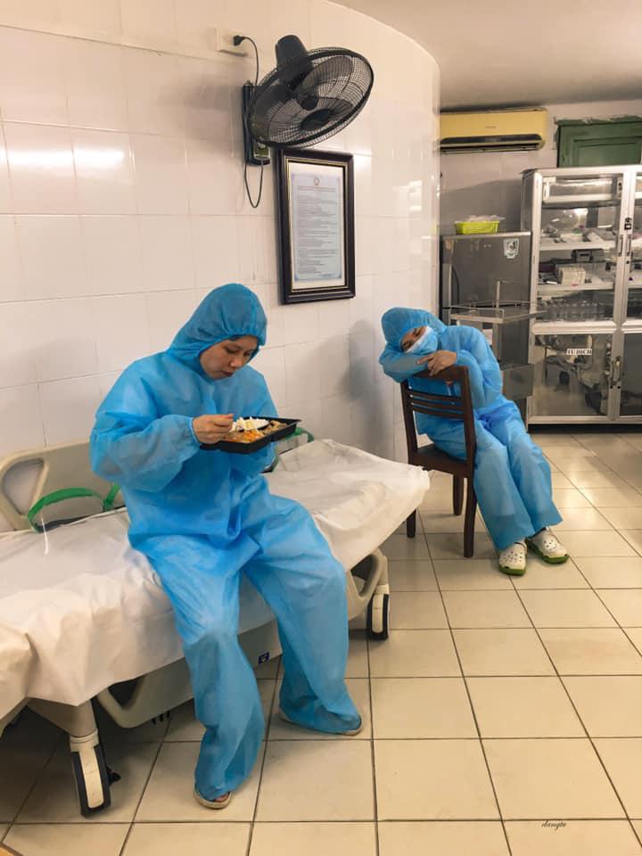 Một ngày của nhân viên y tế BV Bạch Mai trong vòng phong tỏa - Ảnh 6.