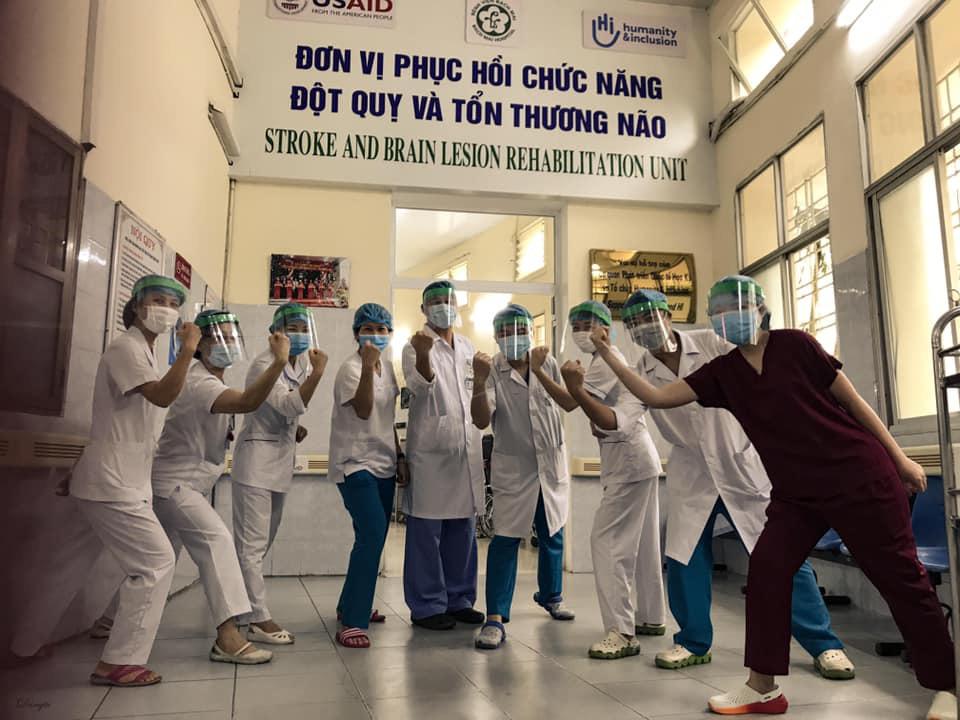 Một ngày của nhân viên y tế BV Bạch Mai trong vòng phong tỏa - Ảnh 9.