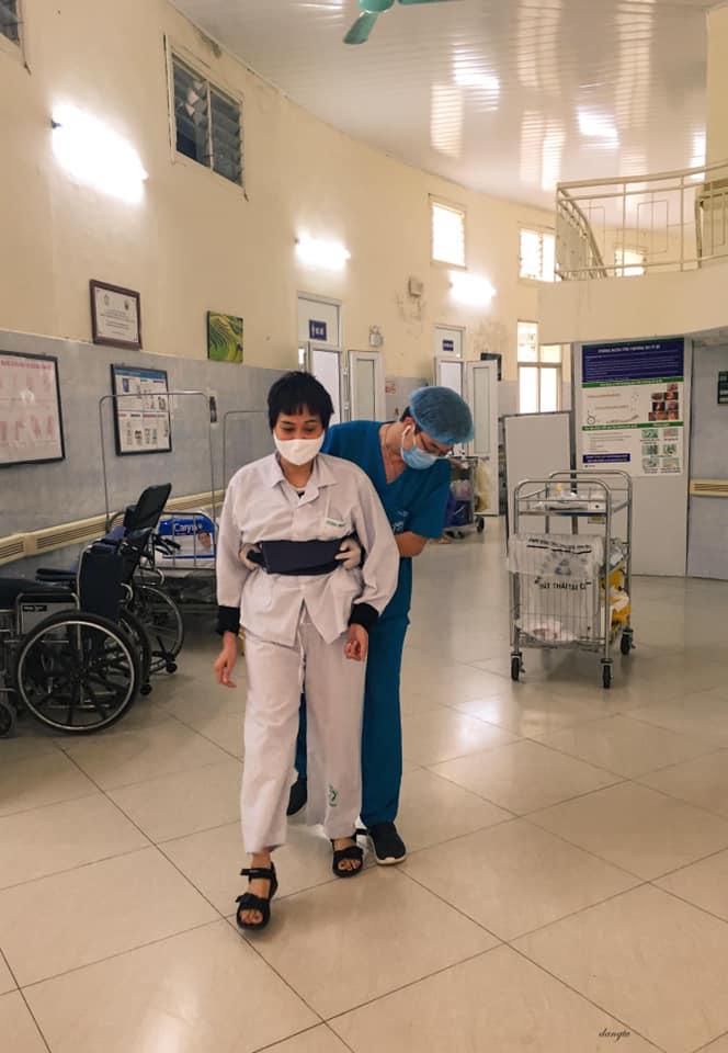 Một ngày của nhân viên y tế BV Bạch Mai trong vòng phong tỏa - Ảnh 2.