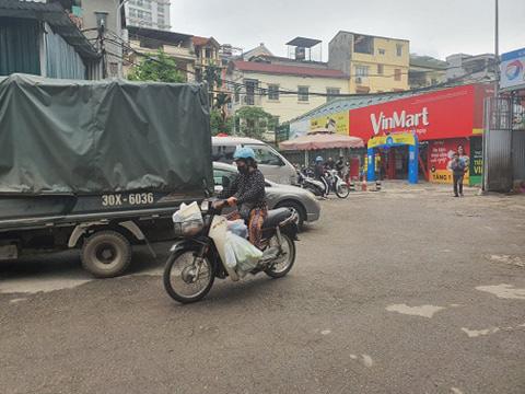 Hà Nội: Người dân vây kín chợ, siêu thị sau thông báo cách ly toàn xã hội  - Ảnh 10.