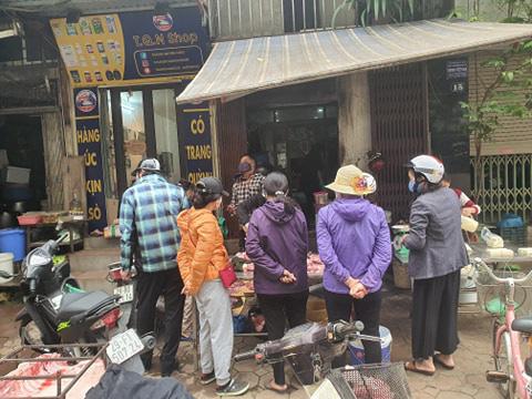 Hà Nội: Người dân vây kín chợ, siêu thị sau thông báo cách ly toàn xã hội  - Ảnh 6.