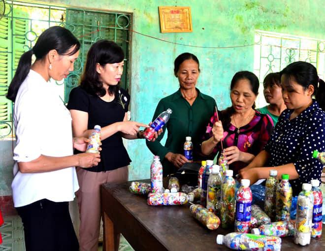 Phụ nữ Chiêm Hoá – Tuyên Quang: Chế rác thải nhựa thành viên gạch xây bồn hoa, tường rào  - Ảnh 1.