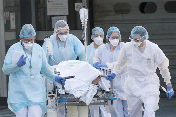 Sự vất vả của nữ y tá, bác sĩ nhân lên gấp bội trong bão dịch