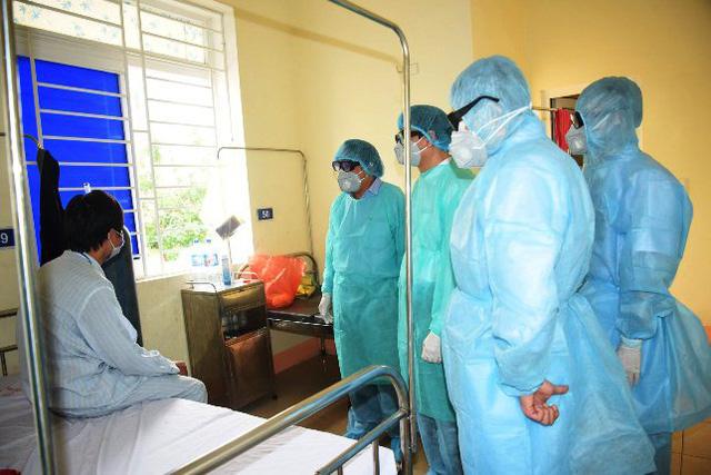 Phong tỏa tuyệt đối người dân 2 xóm ở Nghệ An vì có người ho, sốt từng điều trị ở Bệnh viện Bạch Mai về - Ảnh 1.
