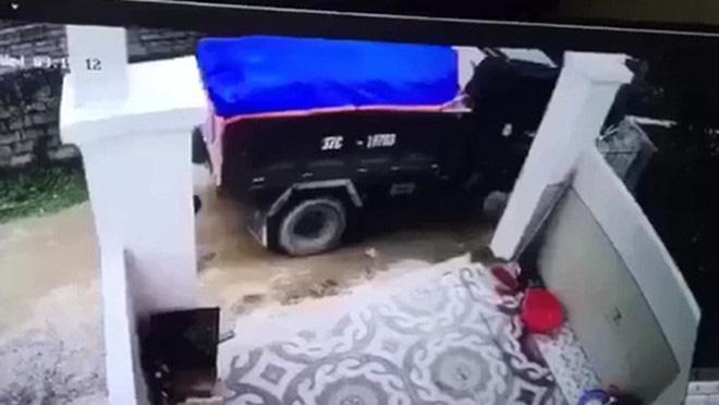 Tạm giữ tài xế lùi xe làm chết bé trai hơn 1 tuổi, xóa dấu vết rồi bỏ trốn  - Ảnh 1.