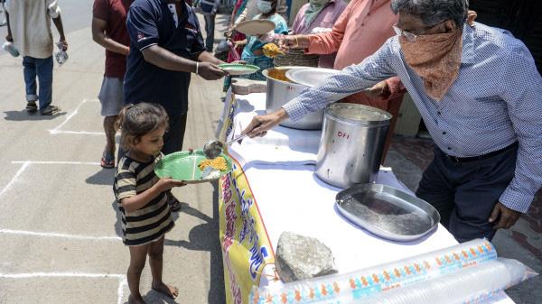 Một em bé mồ côi xin thức ăn