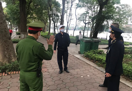 Hà Nội: Ra đường không có lý do chính đáng, 3 người bị phạt 200 nghìn đồng - Ảnh 1.