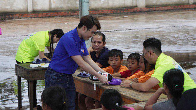Lâm Vỹ Dạ cùng ông xã làm điều xúc động cho người vợ nghèo nuôi chồng và 5 đứa con - Ảnh 8.