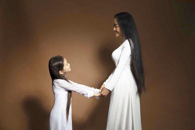 Con gái lai của Đoan Trang và chồng Tây 1m9: Thông minh đối đáp khi người lạ hỏi xin đồ - Ảnh 13.