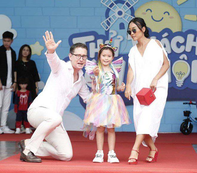 Con gái lai của Đoan Trang và chồng Tây 1m9: Thông minh đối đáp khi người lạ hỏi xin đồ - Ảnh 2.
