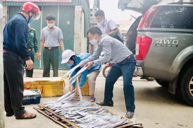Ngư dân xứ nghệ mang hàng tạ cá biển đến ủng hộ các khu cách ly tập trung  - Ảnh 4.