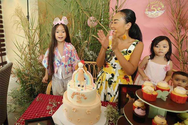 Con gái lai của Đoan Trang và chồng Tây 1m9: Thông minh đối đáp khi người lạ hỏi xin đồ - Ảnh 12.