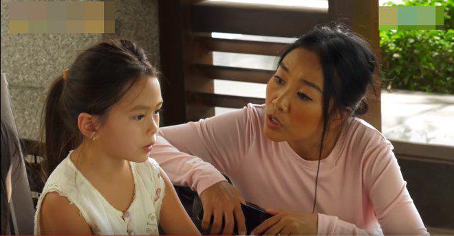 Con gái lai của Đoan Trang và chồng Tây 1m9: Thông minh đối đáp khi người lạ hỏi xin đồ - Ảnh 10.