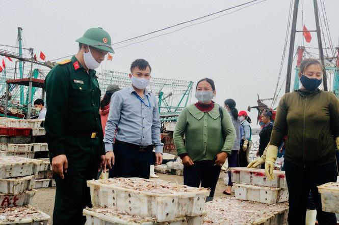 Ngư dân xứ nghệ mang hàng tạ cá biển đến ủng hộ các khu cách ly tập trung  - Ảnh 1.