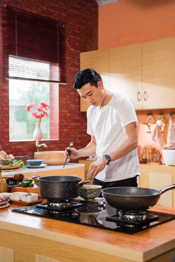 """Soái ca nhà 35 tỷ nấu ăn, khẳng định """"Bào ngư vi cá không bằng bữa cơm có ba má"""" - Ảnh 1."""