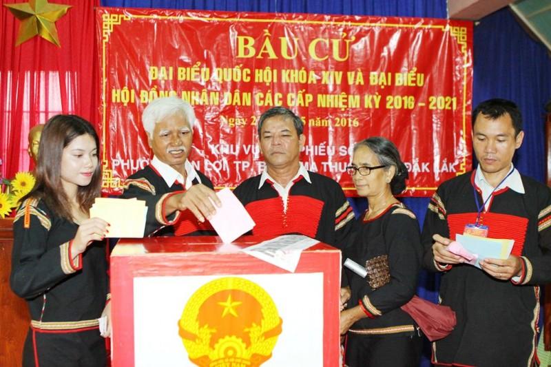 Tại vùng Tây Nguyên, bà con các dân tộc ở TP Buôn Ma Thuột (Đắk Lắk) thực hiện quyền, nghĩa vụ công dân của mình (ảnh TTXVN)