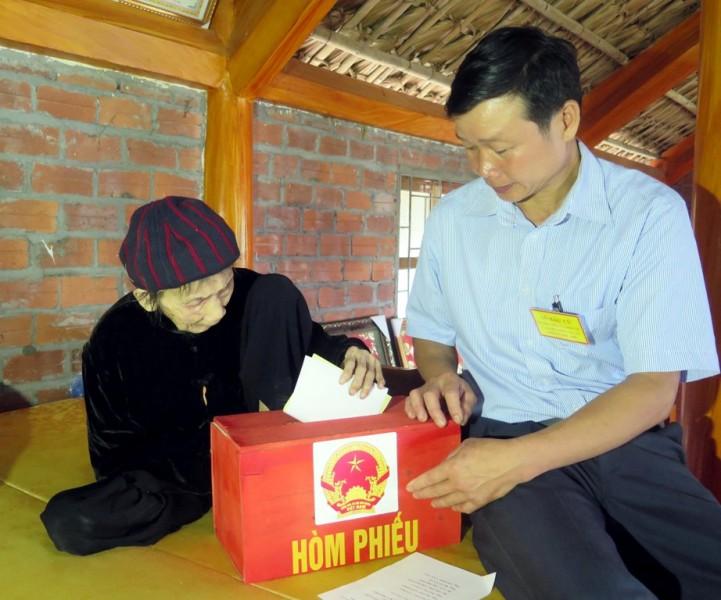 Tuyên Quang có hơn 567.200 cử tri, trong đó có hàng trăm cử tri tàn tật, già yếu không thể đi đến các khu vực bỏ phiếu. Trong ngày bầu cử 22/5/2016, Ủy ban bầu cử các địa phương đã sử dụng hòm phiếu phụ đem đến tận nhà, giúp cử tri thực hiện quyền và nghĩa vụ của mình.