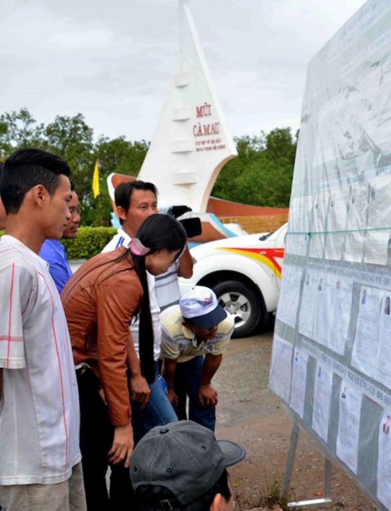 Còn nơi cực Nam của Tổ quốc, cử tri đến các điểm bỏ phiếu sớm để tìm hiểu thông tin về ứng viên và thực hiện quyền bầu cử của mình tại xã đất mũi (huyện Ngọc Hiển, tỉnh Cà Mau).