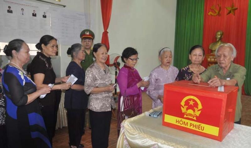 Cử tri tỉnh Hà Giang tham gia bỏ phiếu.