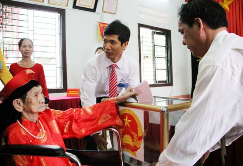 Mẹ Việt Nam Anh hùng Nguyễn Thị Lan, sinh năm 1922, cư trú tại tổ 15 phường Cốc Lếu, TP. Lào Cai (tỉnh Lào Cai) tự tay bổ phiếu.