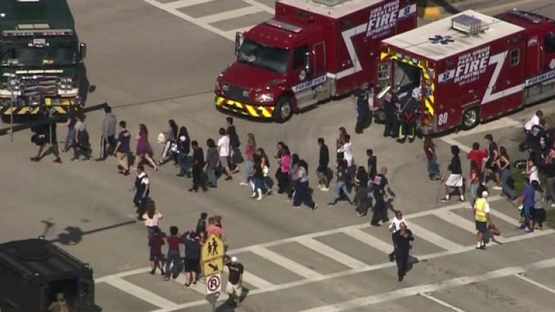 Người phát ngôn của Văn phòng Cảnh sát trưởng địa phương cho biết ngôi trường cấp 3 mang tên Marjory Stoneman Douglas có 3.000 học sinh ở Parkland, cách thành phố Miami 72 km về phía Bắc này đã được đặt trong tình trạng báo động đỏ sau vụ xả súng trên.