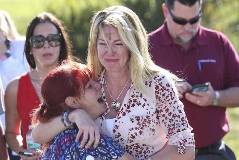 Cảnh sát trưởng hạt Broward Scott Israel xác nhận 17 người thiệt mạng và gần 50 người bị thương. Các phụ huynh kinh hoàng  và vô cùng lo lắng khi nghe tin vụ việc xảy ra.