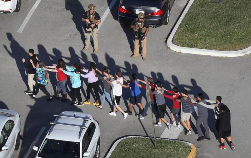 Thống kê cho thấy kể từ tháng 1/2013, có ít nhất 284 vụ xả súng tại trường học trên khắp nước Mỹ, tương đương với mỗi tuần một vụ. Kể từ vụ thảm sát năm 2012 tại trường tiểu học Sandy Hook, ở Newton, bang Connecticut khiến 20 trẻ em và 6 người lớn thiệt mạng, các quy trình báo động và diễn tập khẩn cấp ngày càng được tăng cường tại các trường học.
