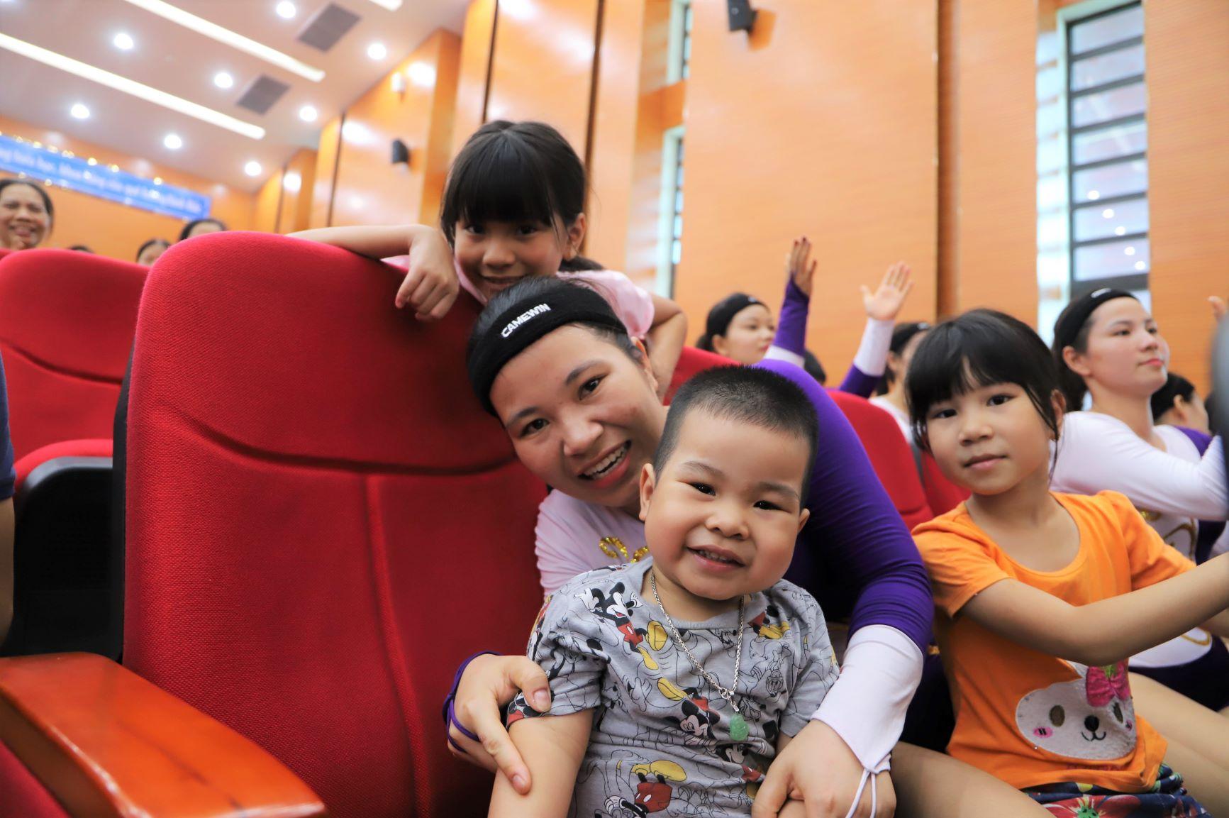 Một nữ vận động viên aerobic từ Quảng Nam xa xôi ra Hà Nội thi đấu và đồng hành cùng chị là hai con của mình. Các bé đi theo mẹ cổ vũ nhiệt tình với mong muốn mẹ đạt kết quả cao nhất