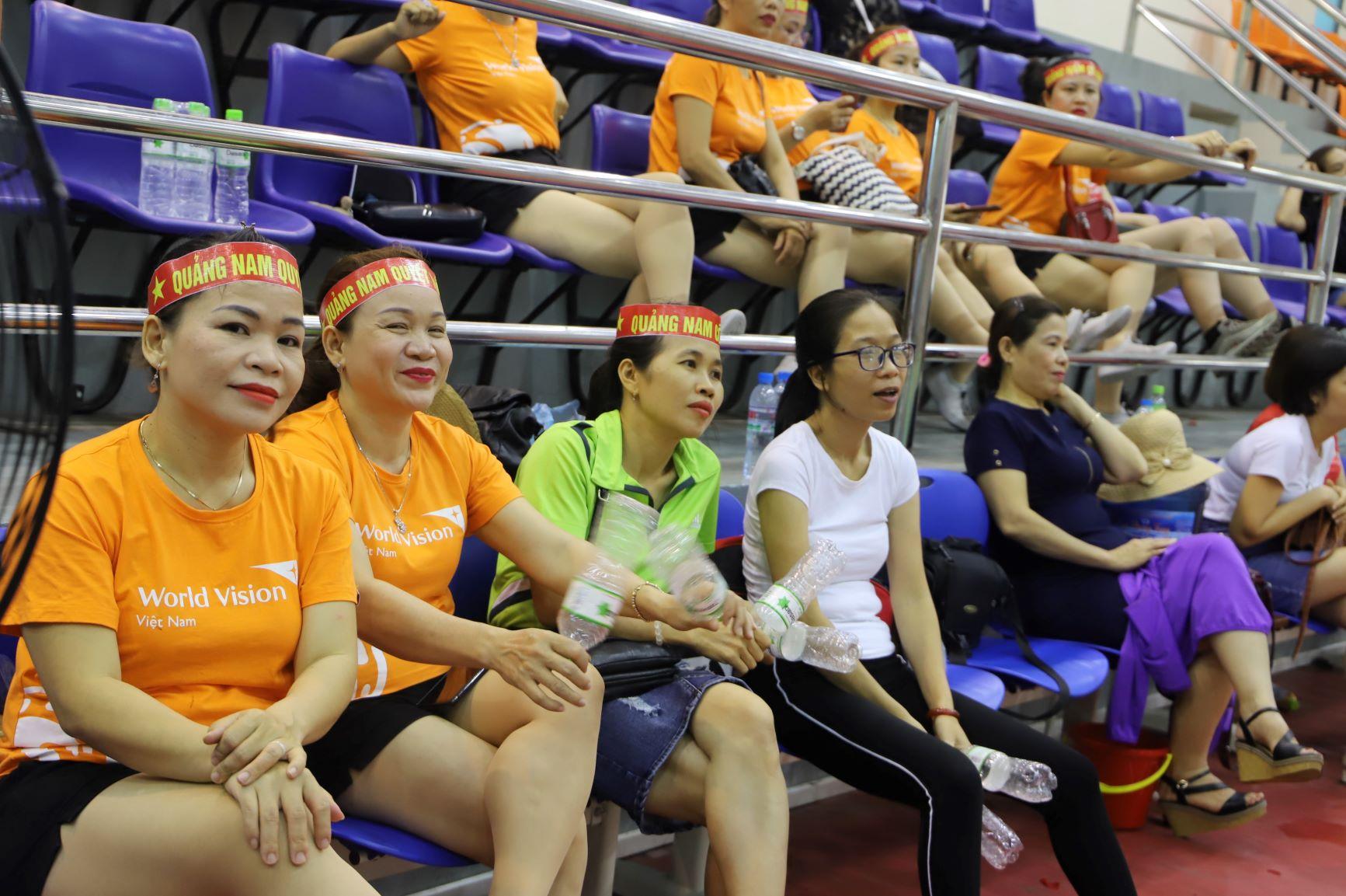 Những nữ VĐV aerobic mặc áo vàng đến từ Bắc Ninh, ngay sau khi hoàn thành phần thi của mình đã vội vàng chạy sang nhà thi đấu bên cạnh để cổ vũ cho các đồng đội đang thi đấu bóng chuyền. Sự cổ vũ của các khán giả kiêm VĐV khiến không khí thi đấu thêm phần khuấy động