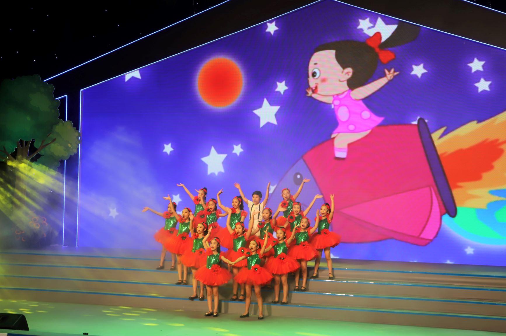 Sân khấu Ngày hội gia đình chiều 20/6 được đầu tư rất hoành tráng, công phu,