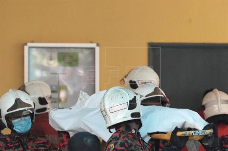 Phó Giám đốc Cơ quan Phòng cháy chữa cháy Kuala Lumpur Soiman Jahid cho biết, cảnh tượng bên trong ngôi trường vô cùng thương tâm. Nhiều thi thể được phát hiện nằm rải rác tại dãy nhà nội trú của học sinh. Tư thế của các thi thể cho thấy các em đã cố gắng thoát ra khỏi căn phòng song không thể do hệ thống cửa sổ đều có lưới thép bảo vệ chắc chắn, trong khi một lối ra vào duy nhất lửa đã bùng cháy lớn.