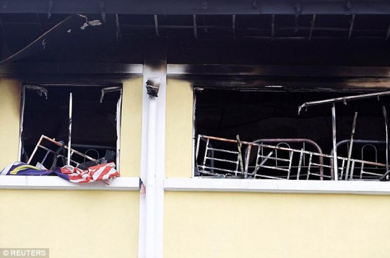 """Ông Soiman Jahid chia sẻ với các phóng viên rằng: """"Tòa nhà được bao quanh bởi các khung kim loại và từ bên trong không thể mở được. Học sinh sau khi phát hiện lửa và khói dày đặc đã cố gắng thoát qua lối cửa sổ. Do cửa sổ cũng bị vây bởi khung kim loại nên bọn trẻ không thể thoát ra ngoài. Các em bị thiêu cháy hoàn toàn""""."""