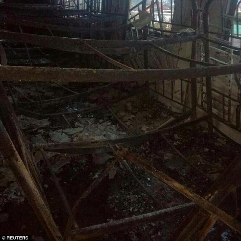 Lúc xảy ra hỏa hoạn, các em đang nằm ngủ trong ký túc xá. Một số phòng bị cháy rụi và nhiều chiếc giường tầng chỉ còn trơ khung sắt.