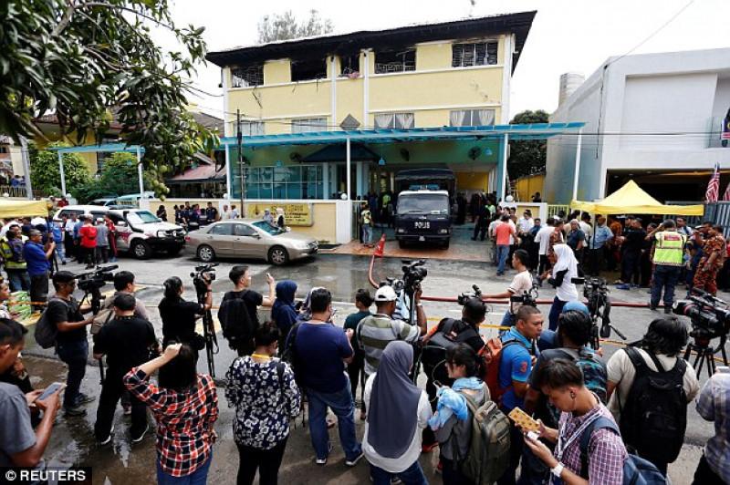 Những hình ảnh được báo chí địa phương đăng tải cho thấy, toàn bộ tầng trên của trường, nơi học sinh ngủ, bốc cháy dữ dội. Các bậc phụ huynh hoảng loạn đứng chật khu vực bên ngoài cổng trường.