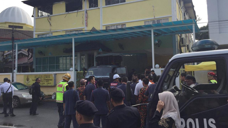 Theo giới chức địa phương, đây là vụ hỏa hoạn tồi tệ nhất tại Malaysia trong 20 năm qua. Họ tìm kiếm nạn nhân trong đám cháy, vô cùng ám ảnh khi chứng kiến những thi thể vẫn túm tụm vào nhau.