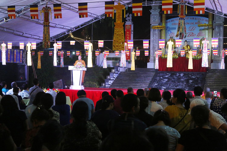 Bất chấp trời mưa bão, tối 18/8, hàng trăm người đã đổ về chùa Kim Sơn Lạc Hồng (nằm trong khuôn viên Công viên tâm linh Lạc Hồng Viên - Kỳ Sơn - Hòa Bình) tham dự