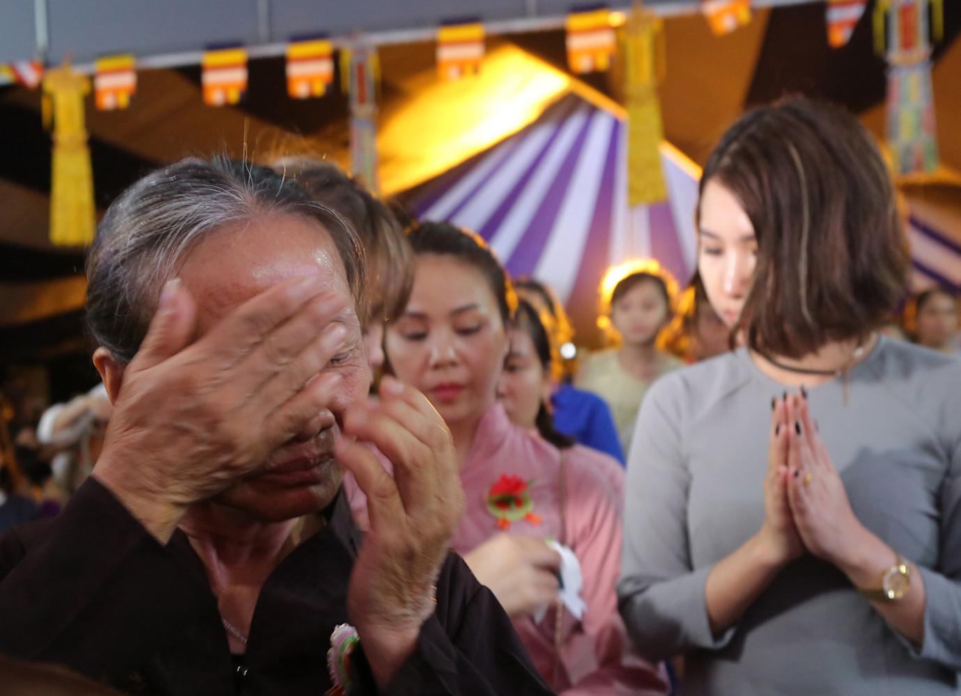 Có những cụ già không cầm được nước mắt khi nghĩ tới các bậc thân sinh của mình trong Lễ Vu lan Báo hiếu tại chùa Kim Sơn Lạc Hồng.