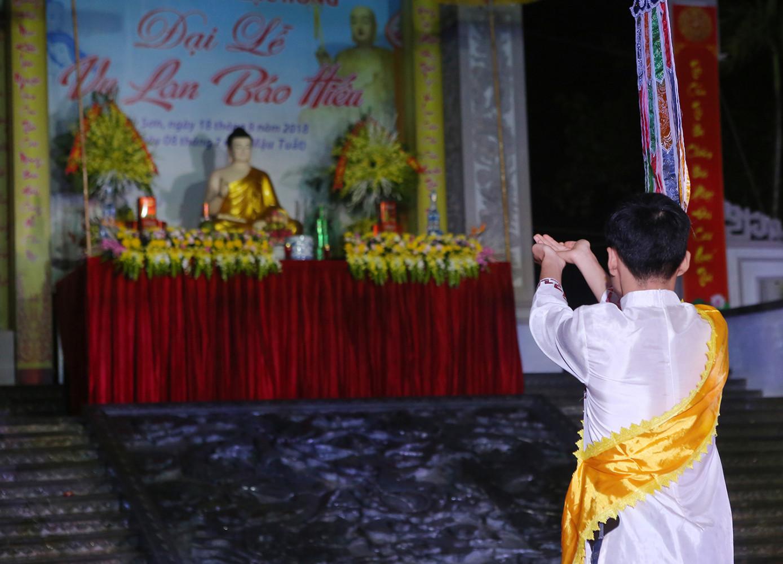 Nghi lễ thành tâm dâng Đức Phật trong Lễ Vu lan Báo hiếu chùa Kim Sơn Lạc Hồng.