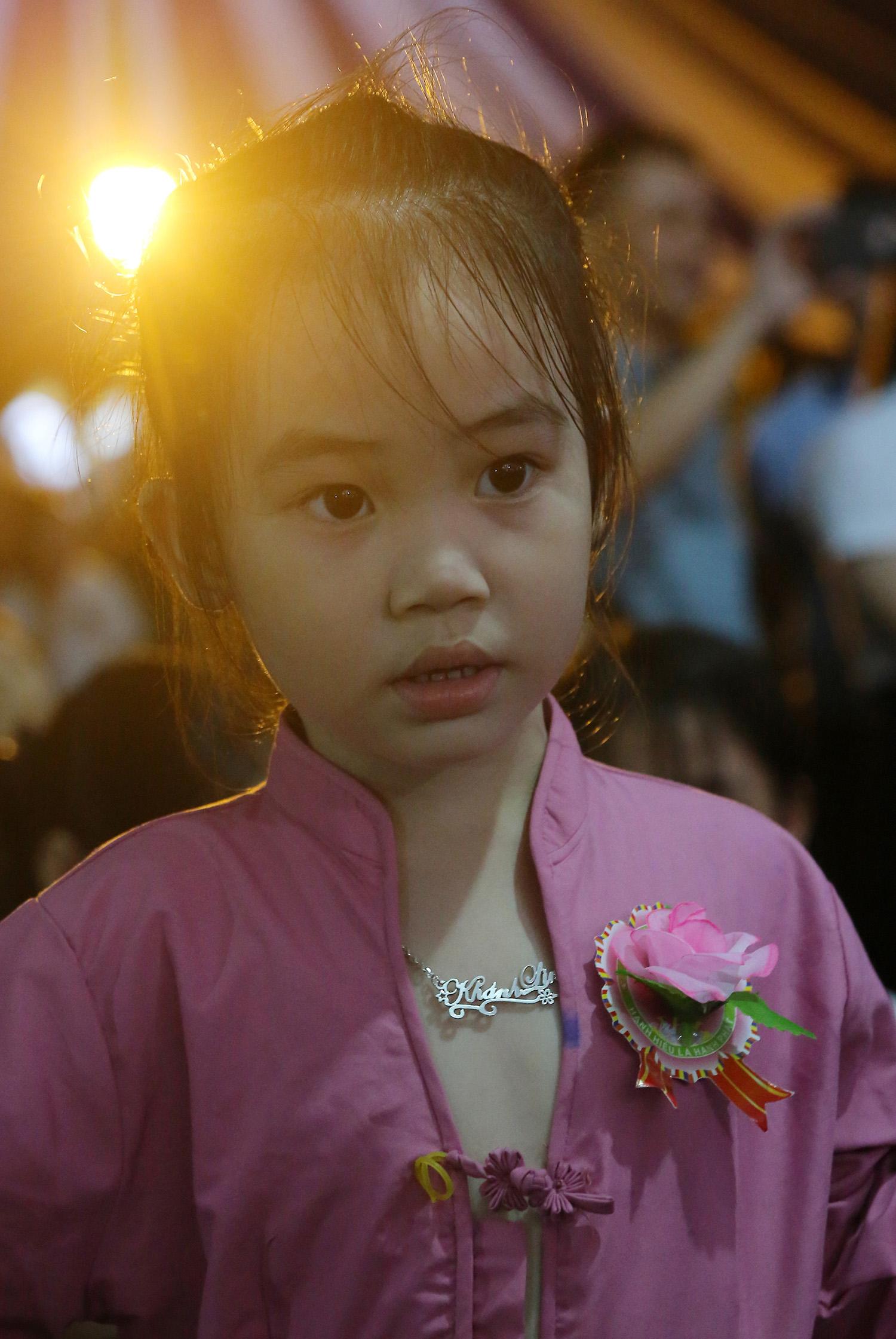 Một em bé cài bông hồng phai trên ngực tại Lễ Vu lan Báo hiếu chùa Kim Sơn Lạc Hồng.