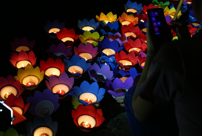 Hàng trăm ngọn hoa đăng được thắp lên đỏ rực, lấp lánh dưới mặt nước mang theo ước nguyện, cầu bình an và lòng thành kính của người dân gửi đến những người đã khuất