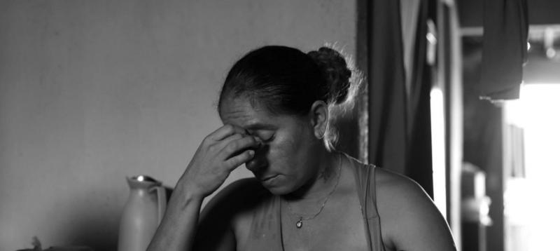 """""""Tôi ngẩng đầu lên và nhận ra rằng tôi sẽ phải tiếp tục hành trình này một mình"""" - bà Josemary nhớ lại. Bà Gomes là một trong số rất nhiều phụ nữ ở Brazil đang phải một mình nuôi dưỡng những đứa con bị ảnh hưởng bởi virus Zika. Đây có thể là những người chưa từng kết hôn hoặc cũng có thể là những người phụ nữ từng kết hôn nhưng bị chồng bỏ vì sinh ra những đứa con dị tật. Họ phải chịu đựng những áp lực về mặt tinh thần, gánh nặng kinh tế và chịu sự nhòm ngó của những người khác trong cộng đồng."""