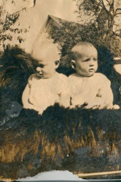 Cặp song sinh này sinh ra vào ngày 25/3/1916 ở Symsonia, Kentucky (Mỹ). Từ nhỏ đến già, cặp chị em này luôn làm mọi việc cùng nhau và chưa từng xa nhau ngày nào trong bất cứ hoàn cảnh, biến cố nào.