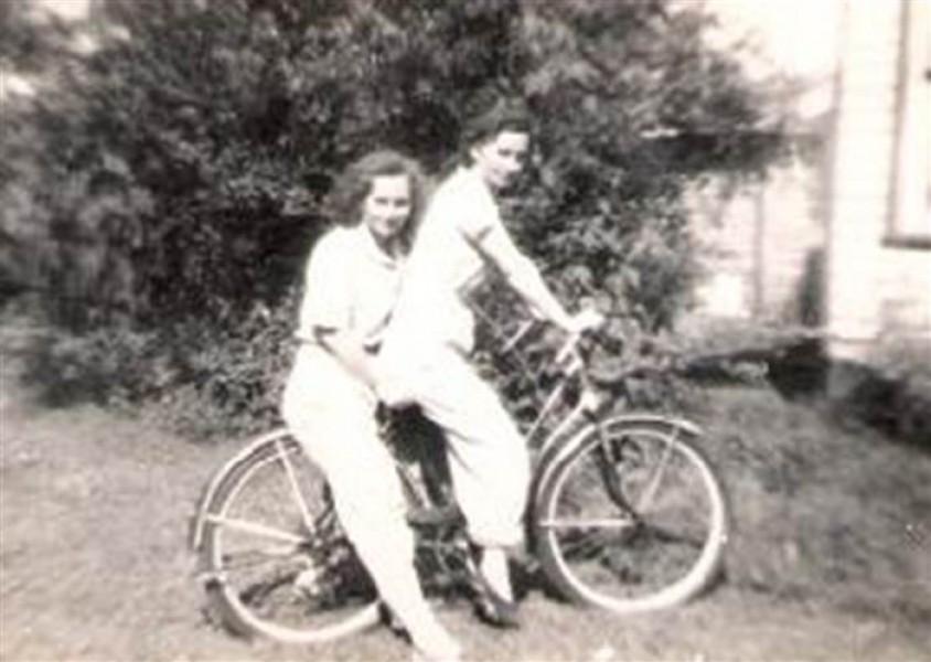 Trong những năm 1940, do chiến tranh thế giới thứ 2, chồng của hai chị em đều đi lính. Tuy vậy, khi đó Mary và Mae cũng không xa rời nhau. Họ cùng chuyển đến Detroit để làm việc. Cả hai đều lo lắng cho chồng khi nghe tin quân đội Phát xít Nhật bất ngờ tấn công Trân Châu Cảng ngày 7/12/1941, gây ra thiệt hại nghiêm trọng cho Hải quân Mỹ và kéo Washington vào cuộc Chiến tranh thế giới lần thứ hai.