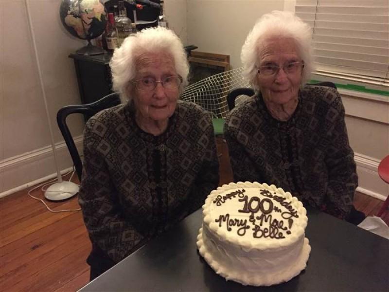 Cặp đôi vừa tròn 100 tuổi. Tuy cả hai người chồng của họ đều đã qua đời nhưng cặp song sinh này vẫn dính với nhau như sam. Mỗi ngày, bà Mary và Mae đi bộ 30 phút để tới phòng tập thể dục ở gần đó, cùng đi tới tiệm cắt tóc vào thứ 6 hàng tuần và luôn luôn mặc quần áo giống nhau.